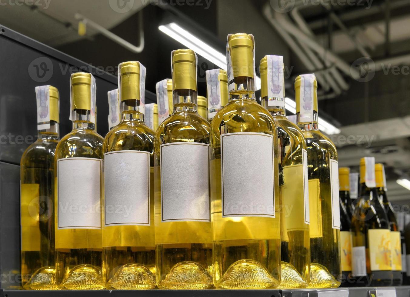 vinho tinto e branco em garrafas foto