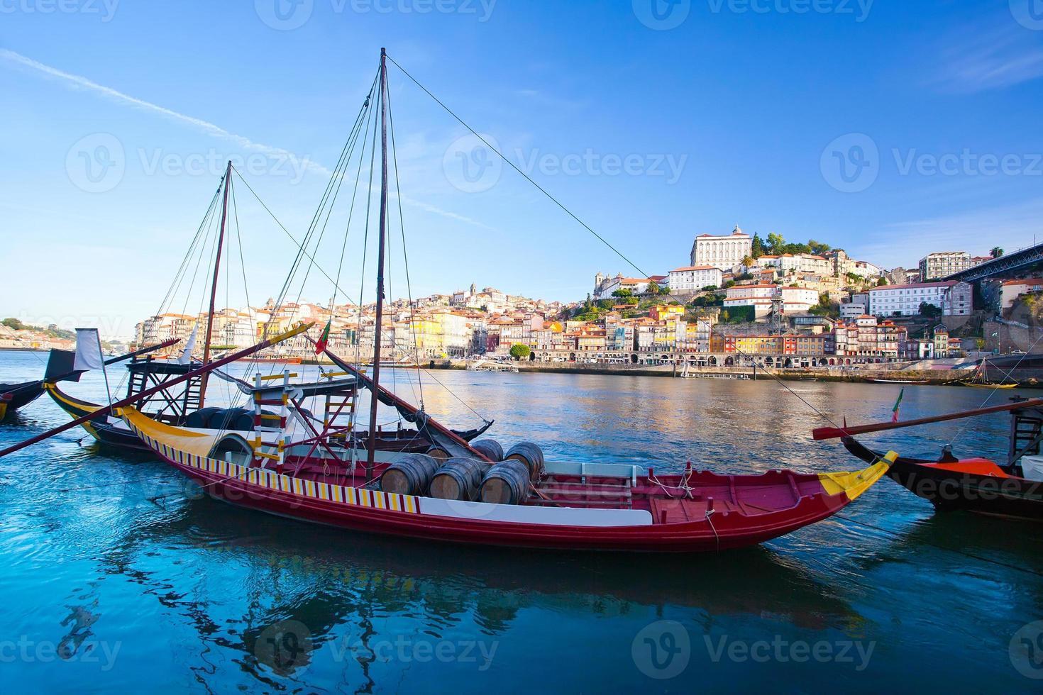 porto antigo e barcos tradicionais com barricas de vinho, portugal foto