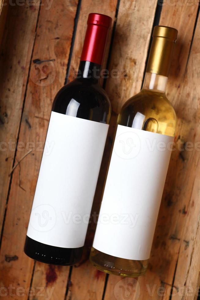 garrafas de vinho em uma caixa foto