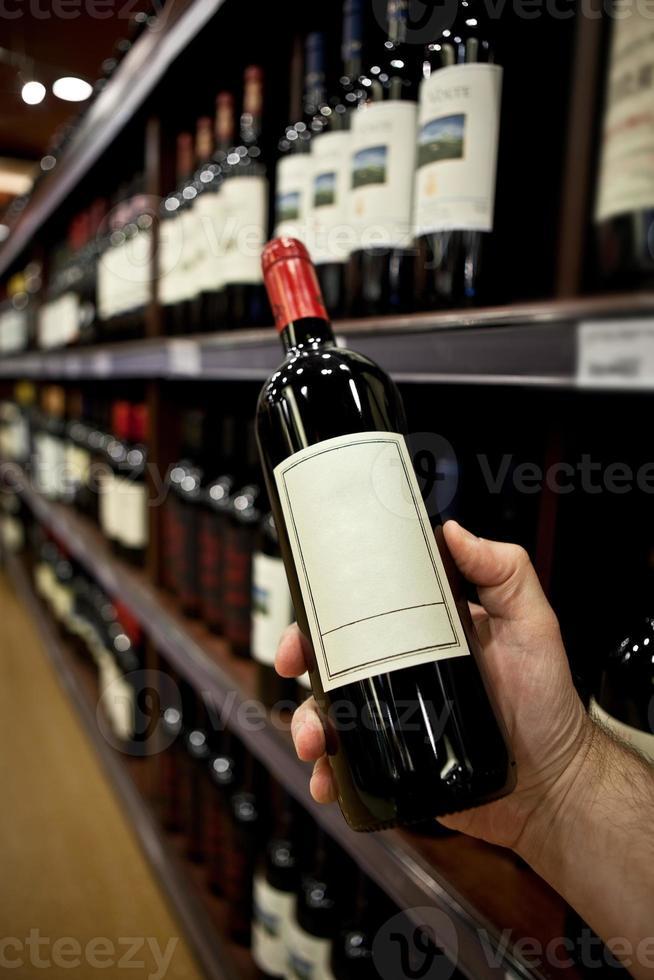 comprando vinho foto