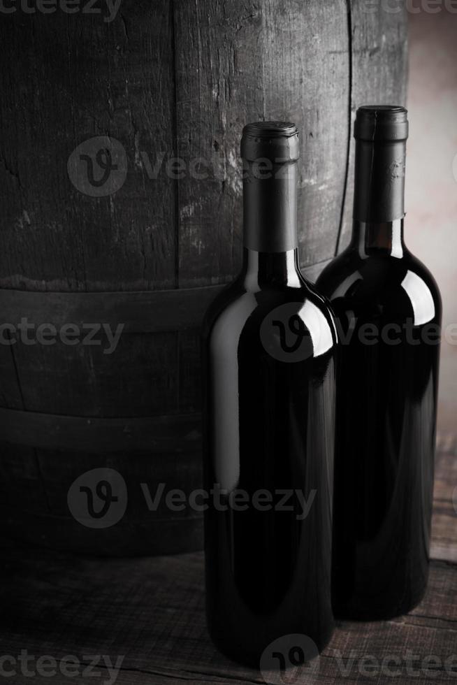 garrafa de vinho e barril foto