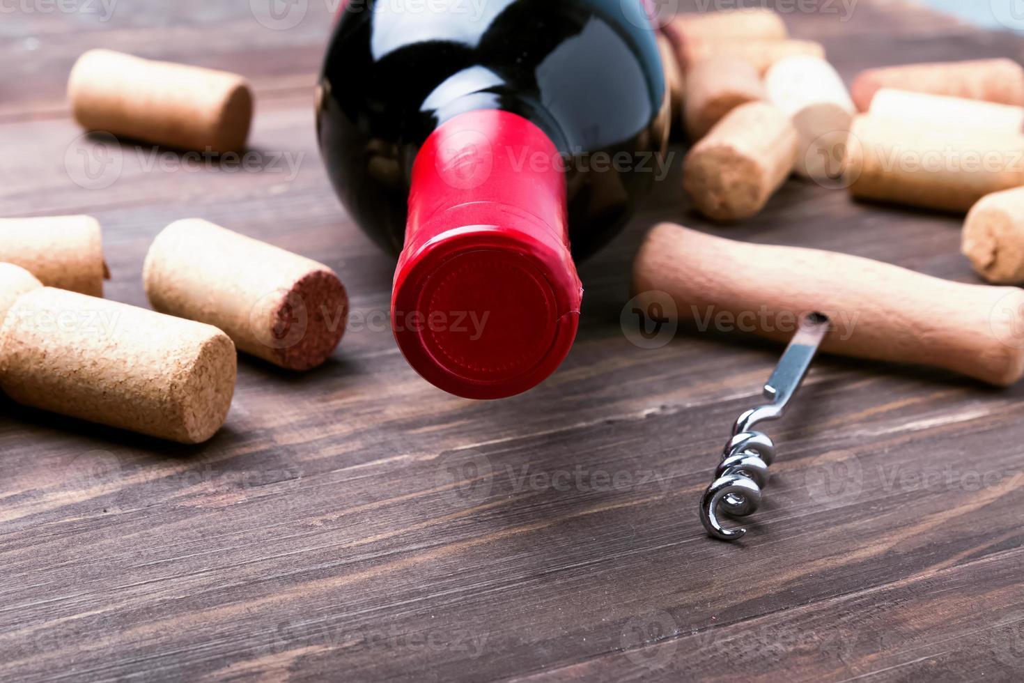 rolhas de vinho e garrafa de vinho foto