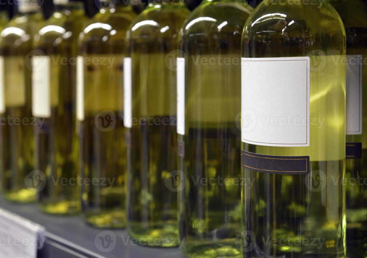 vinho branco em garrafas foto