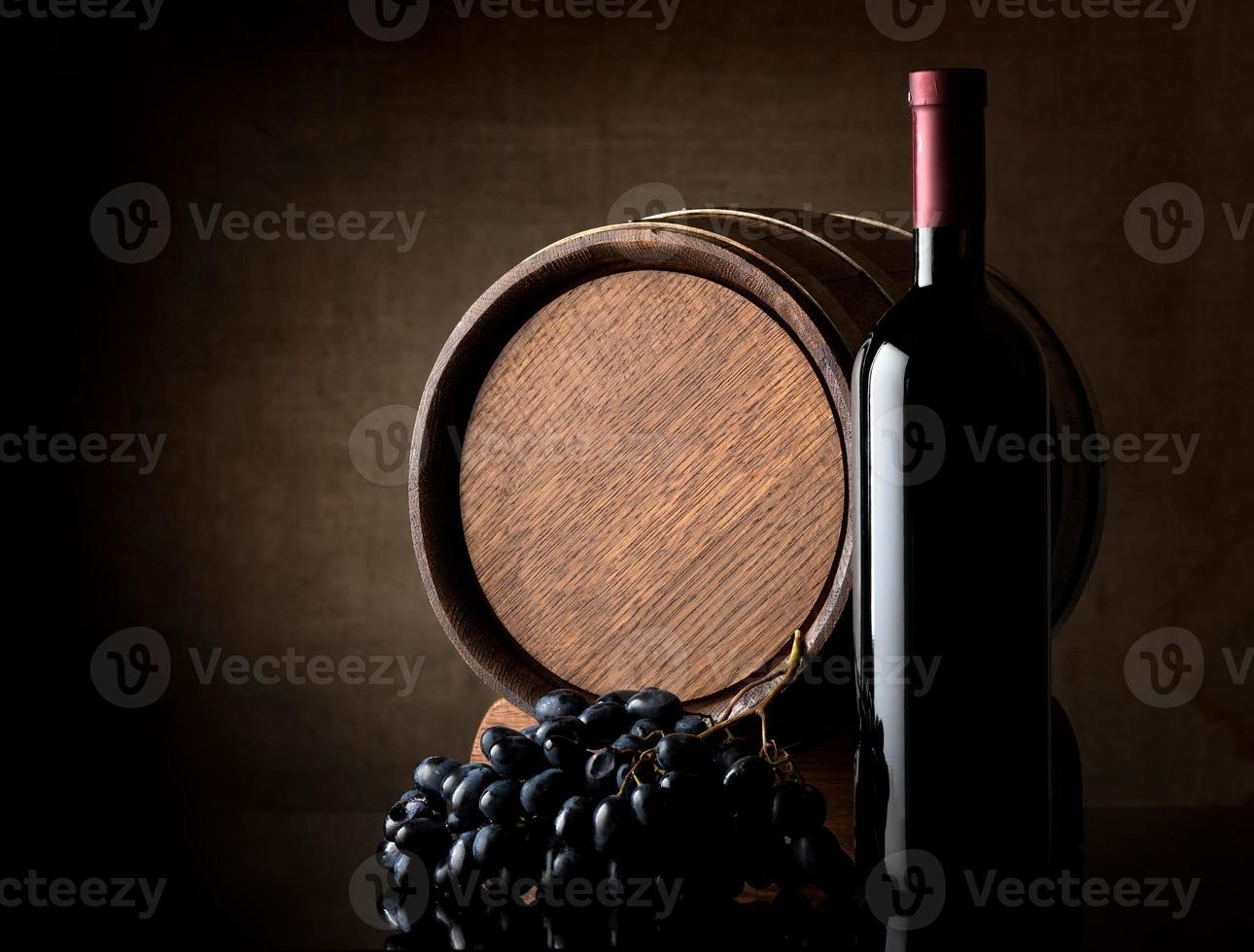 vinho em fundo escuro foto