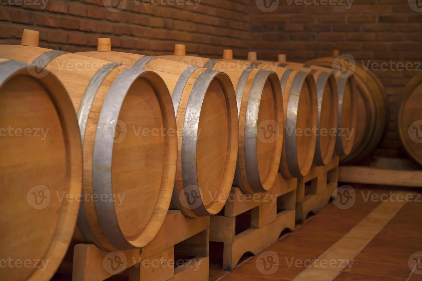 barris de vinho em uma vinícola. foto