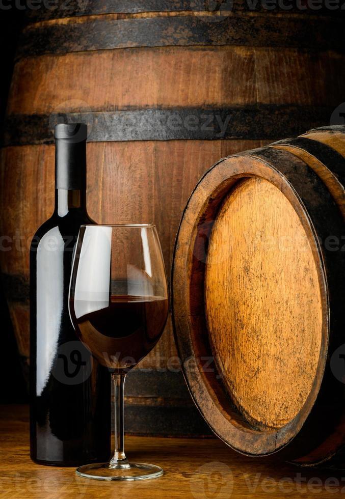 copo de vinho tinto e garrafa foto