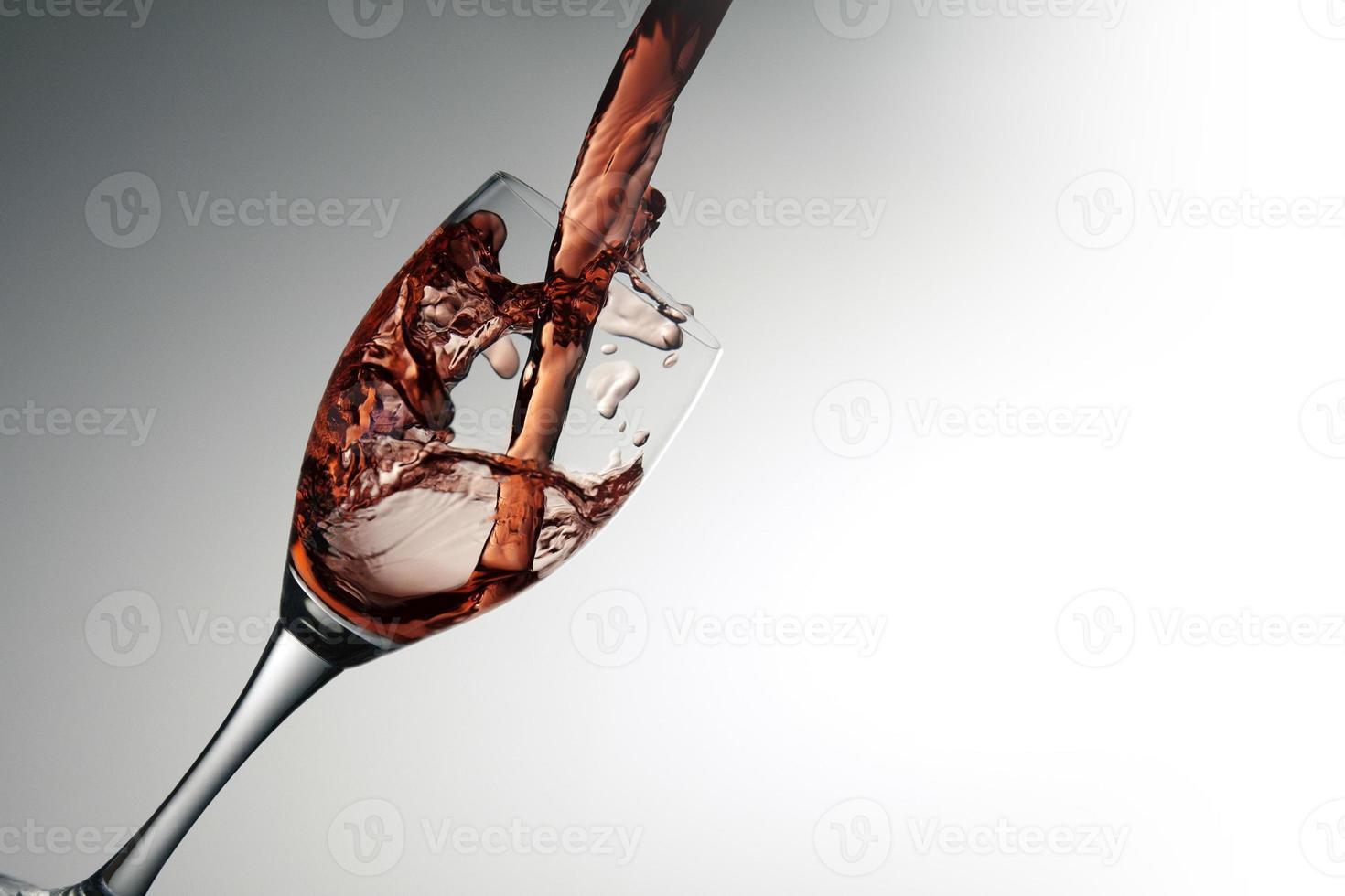 taça de vinho com vinho tinto foto