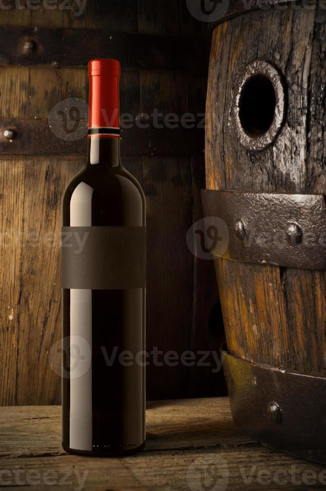 natureza morta com garrafas de vinho, copos e barris de carvalho. foto