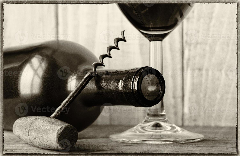 garrafa de vinho vintage natureza morta com parafuso de cortiça foto
