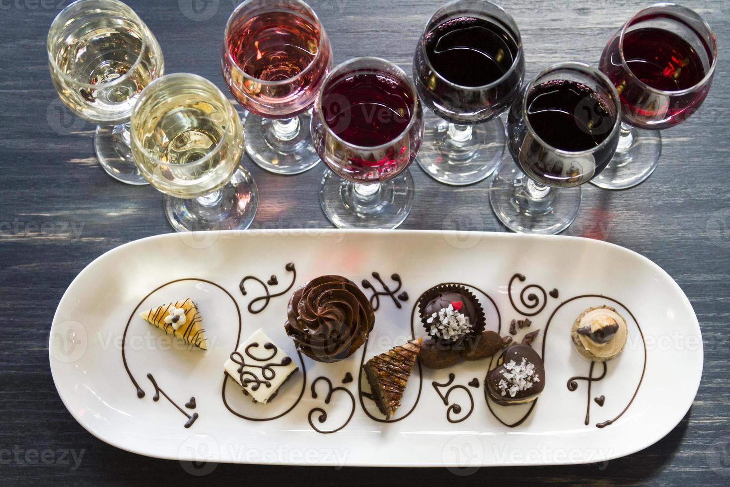 vinho e chocolates foto