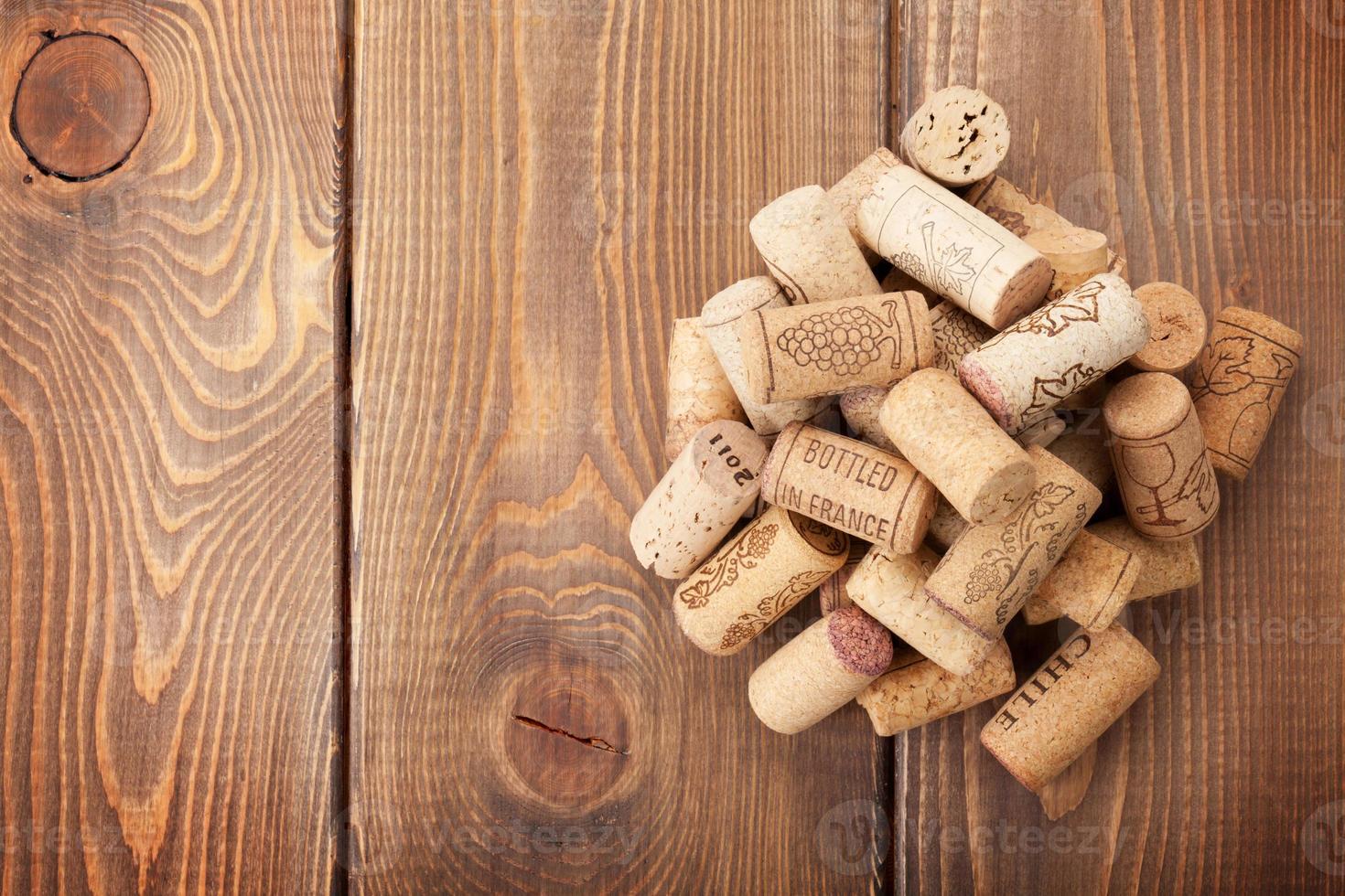 rolhas de vinho empilhadas sobre o fundo da mesa de madeira rústica foto