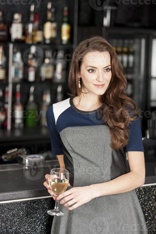 mulher bonita em bar de vinhos foto