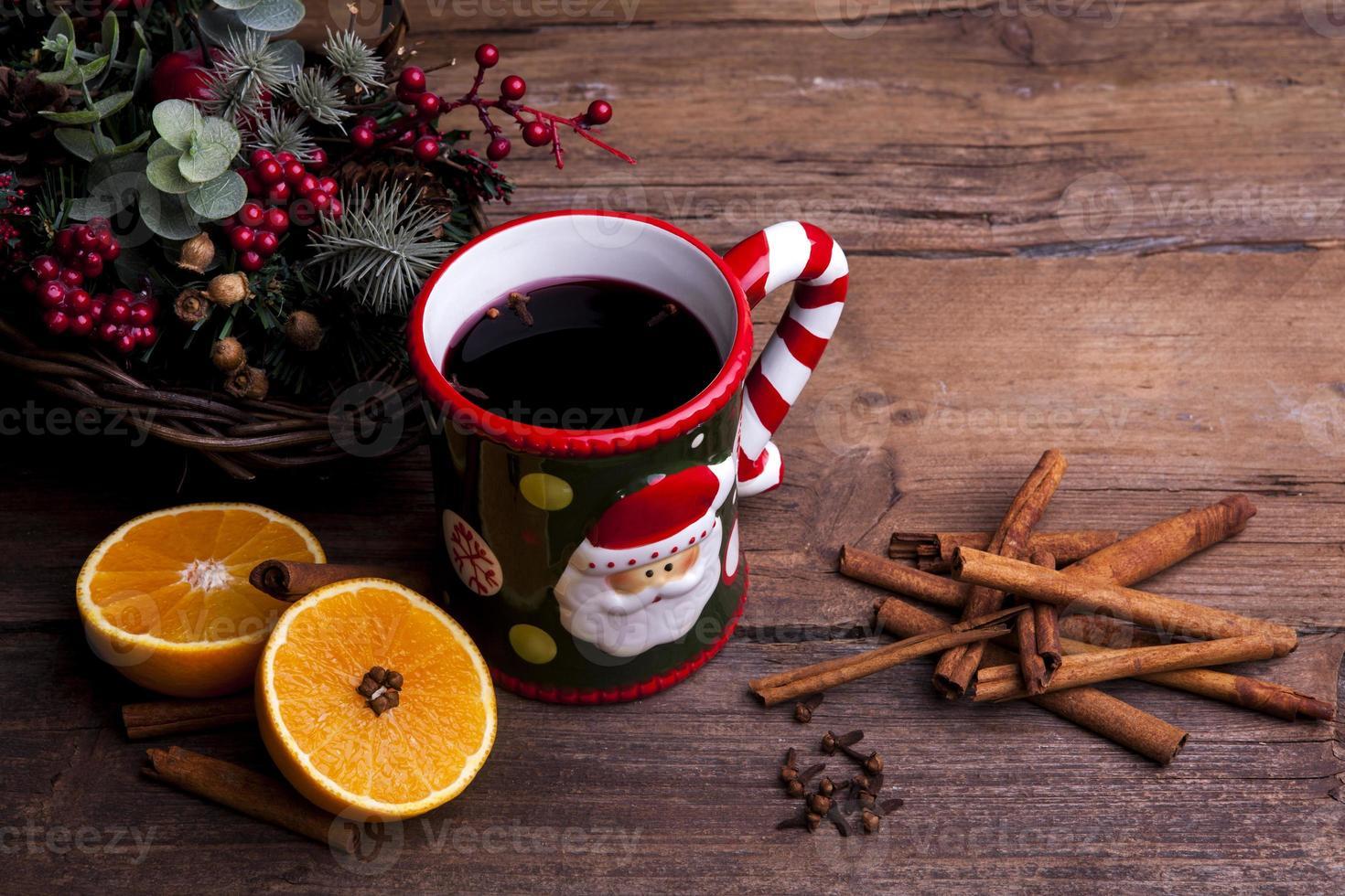 vinho quente com decorações de natal foto