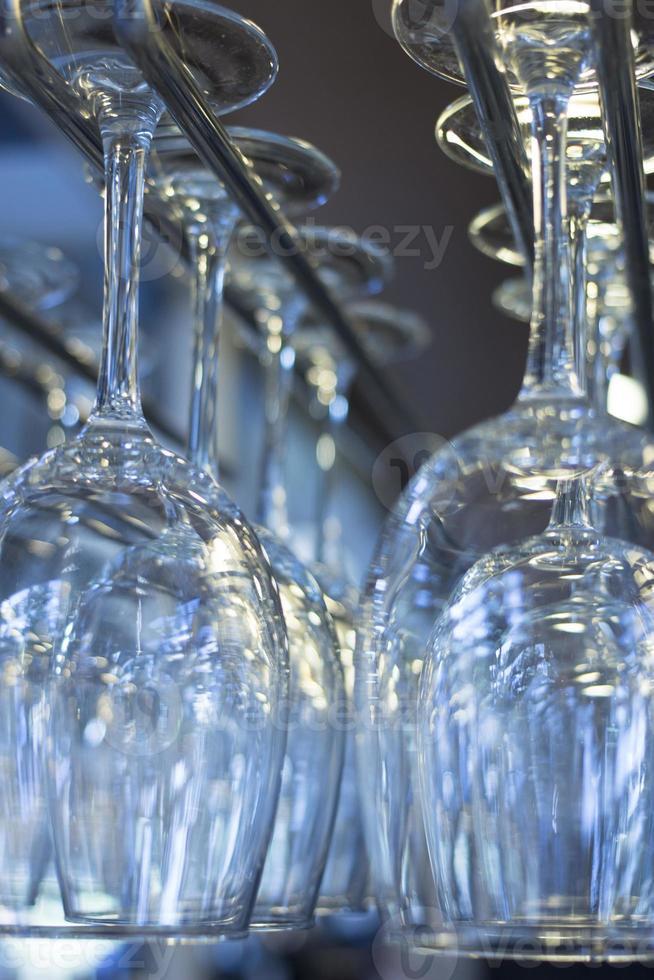 taças de vinho viradas para cima em close-up do bar do restaurante foto
