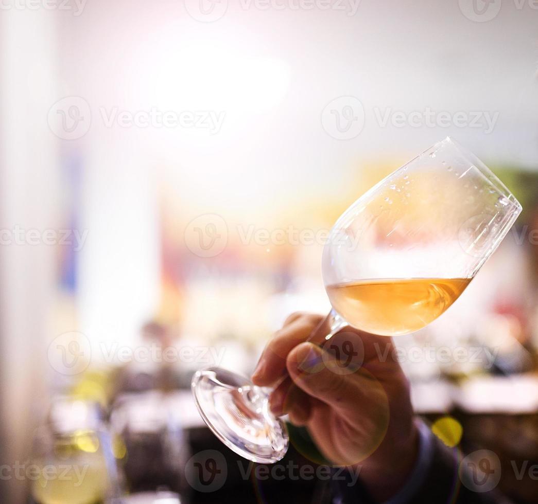 jovem em um bar foto