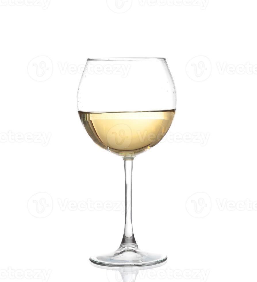 vinho branco rodando em uma taça de vinho, isolado foto