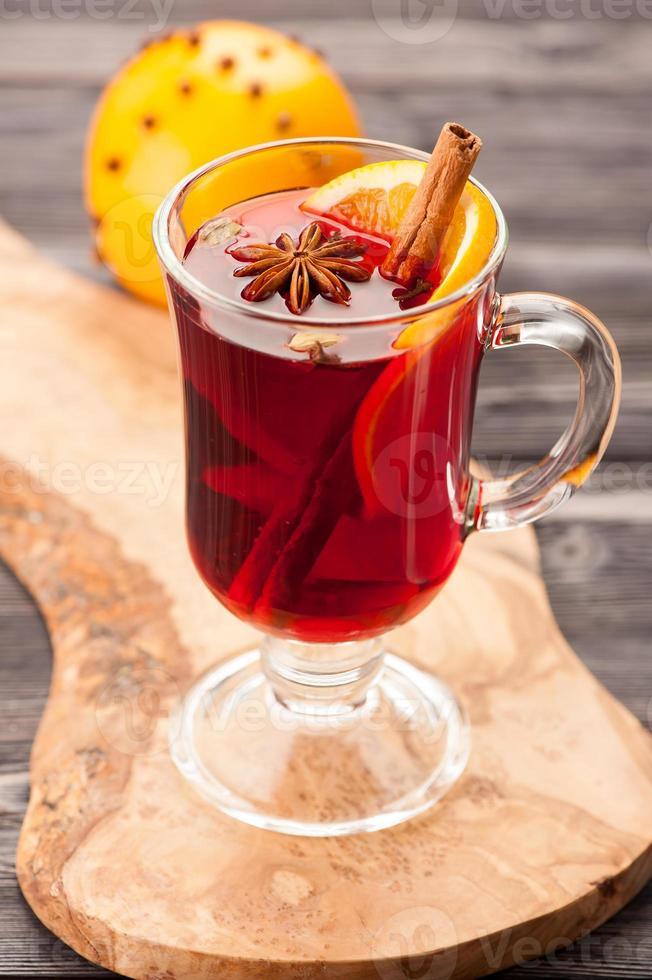 bebida quente de natal com vinho quente com especiarias em um copo foto