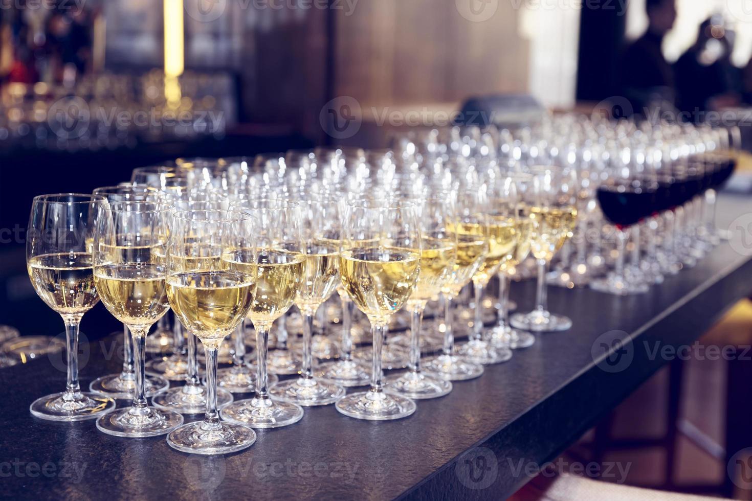 taças de vinho branco no balcão do bar, tonificado foto