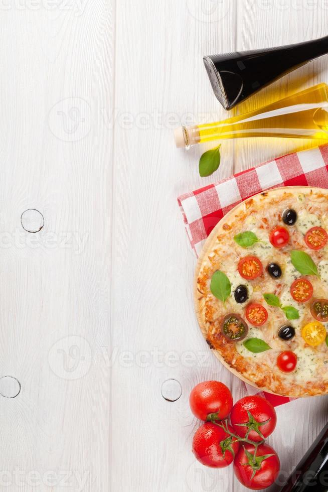 pizza italiana com queijo, tomate e manjericão foto