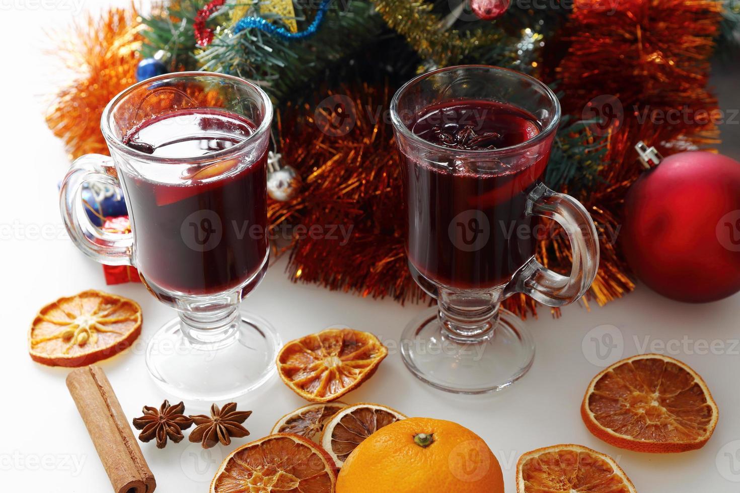 vinho quente com árvore de natal decorada foto