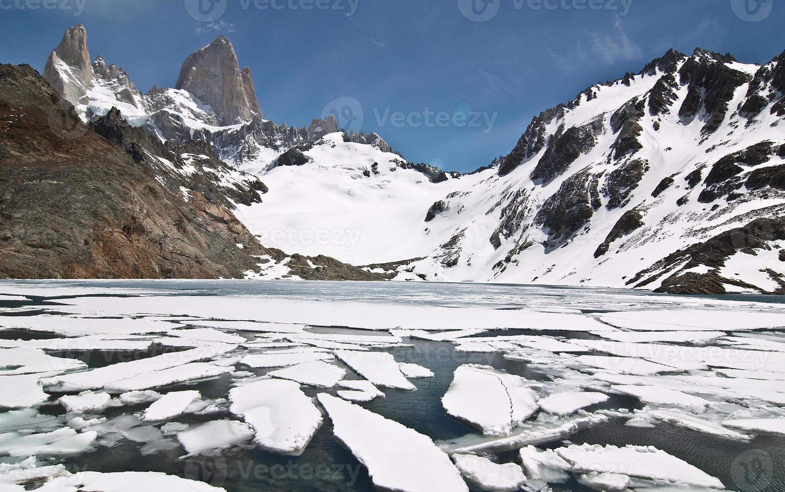 montanha e lago fitz roy, em el chalten, patagônia, argentina foto