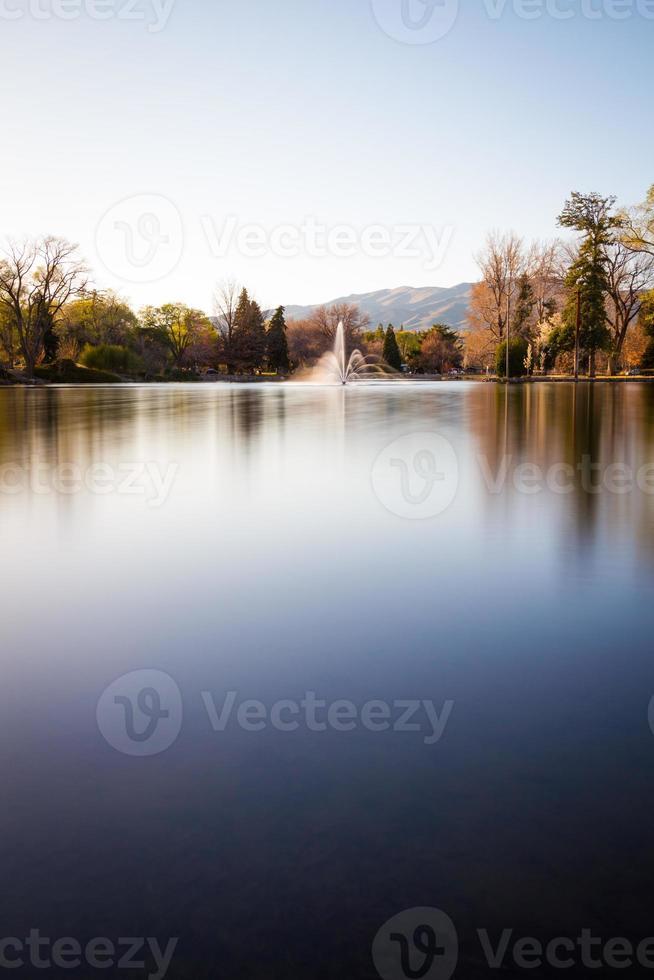 fonte de água no meio da lagoa em um parque foto