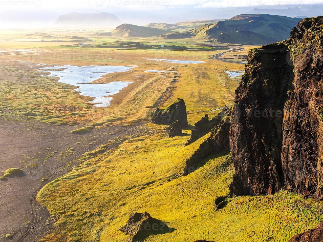 litoral da Islândia durante o pôr do sol. dyrholey, islândia foto