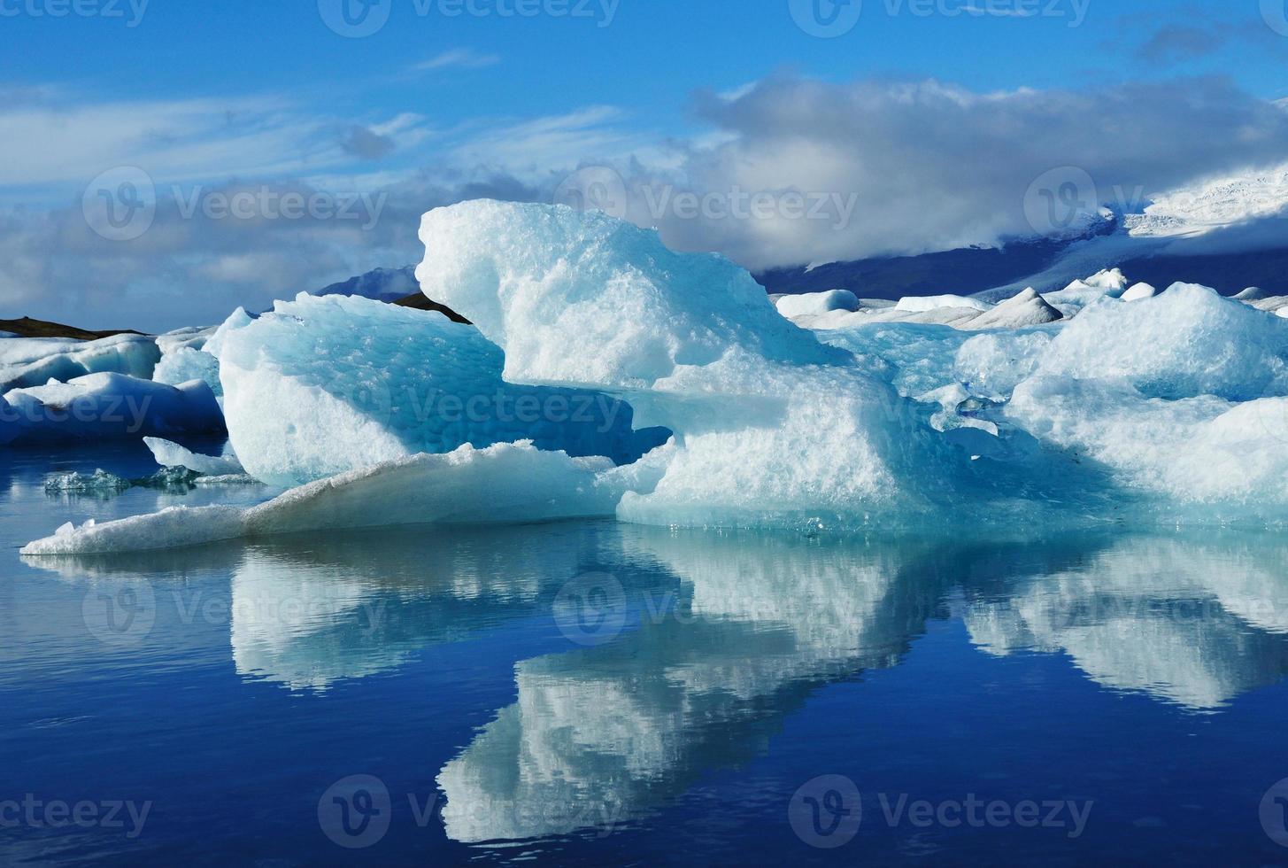 iceberg azul na lagoa de Jokulsarlon, Islândia foto