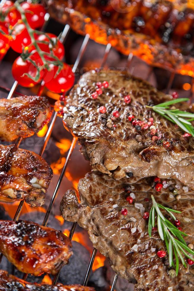 deliciosas carnes grelhadas no jardim foto