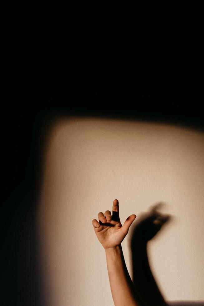 a mão de uma pessoa contra um fundo branco foto