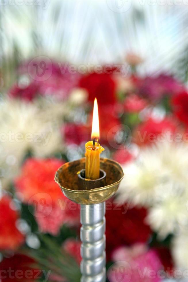 convento toplovsky santo paraskeevsky. uma vela está na capela foto