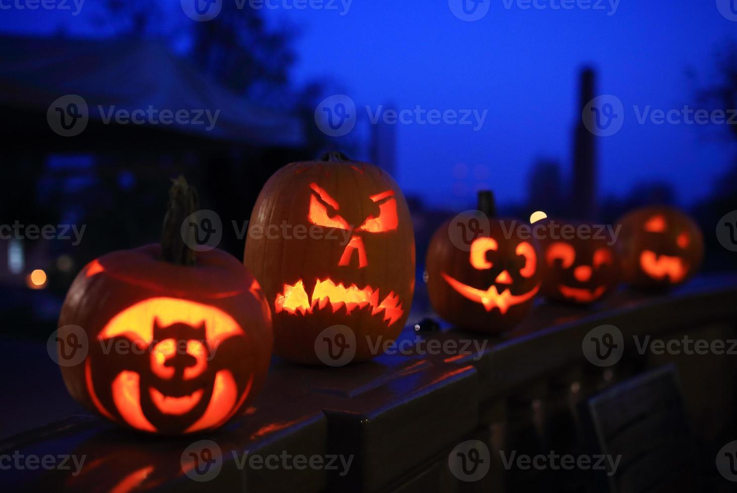 abóboras de halloween engraçadas à noite foto