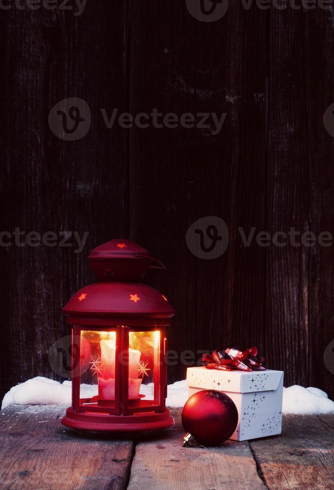 lanterna de natal e bugiganga em fundo de madeira vintage em nig foto