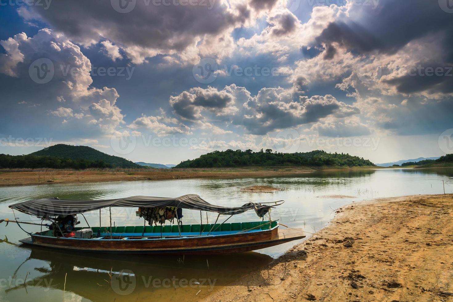 barco de cauda longa e bluesky foto