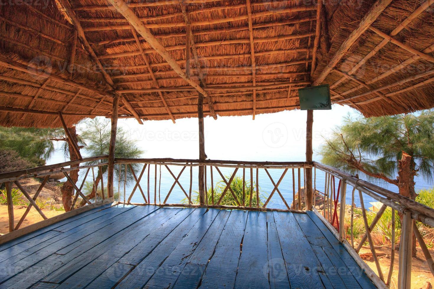 vista para o mar da folha de coco da cabana da montanha foto