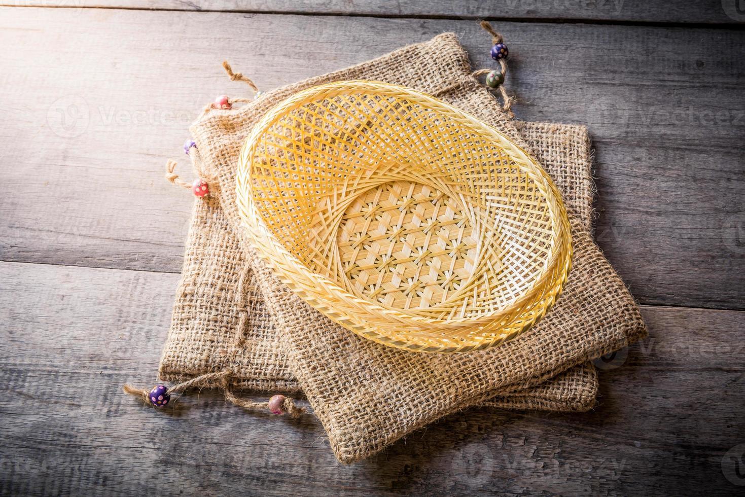 cesta feita de bambu e bolsa de saco foto