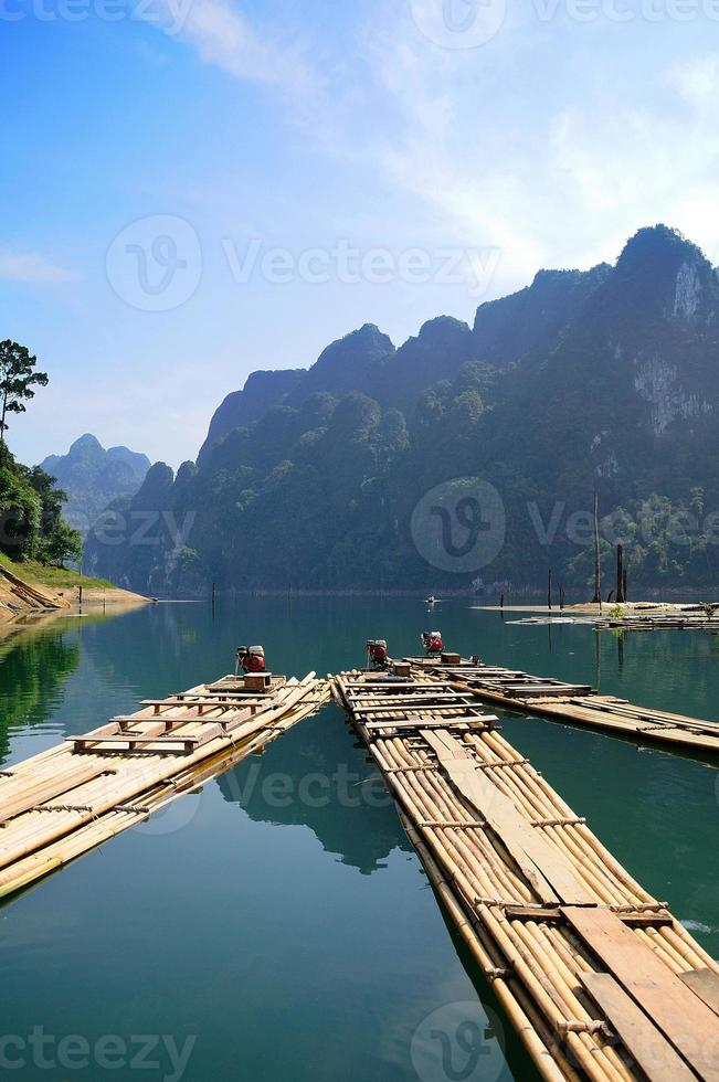 rafting de bambu na represa de ratchaprapa suratthani, tailândia foto