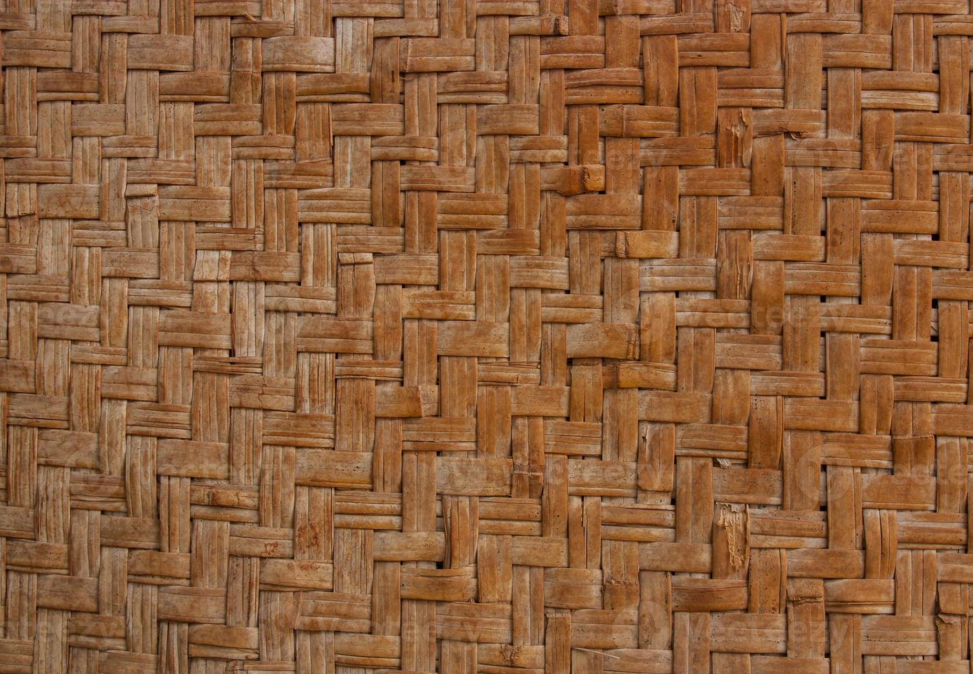 a parede foi construída com a matéria-prima do entrançado de bambu. foto