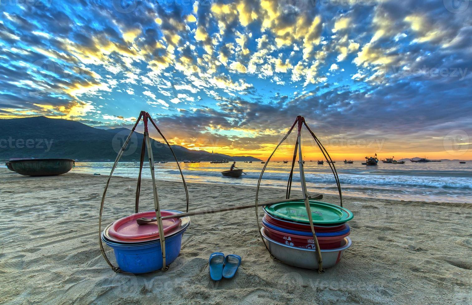 nascer do sol sobre a vila de pescadores de Danang foto