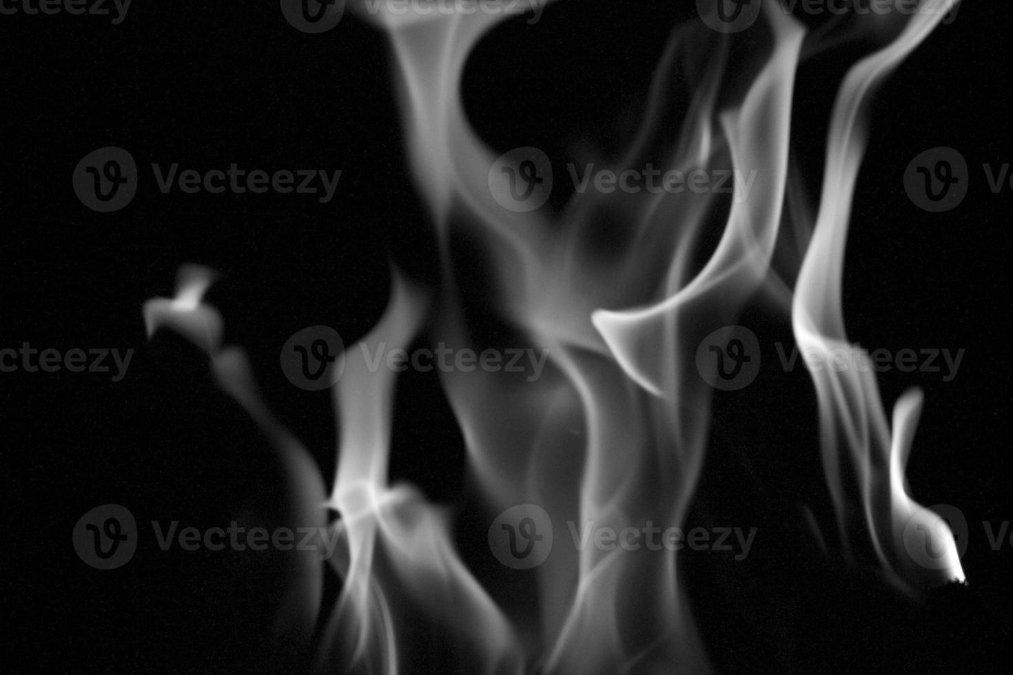 dançando fogo no meio do tiro foto