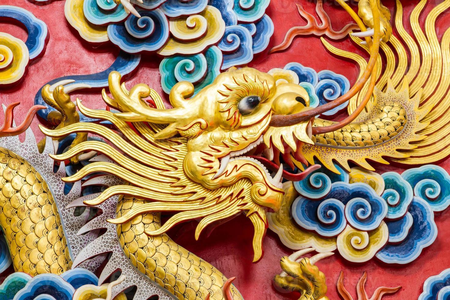 antiga estátua do dragão chinês dourado. foto