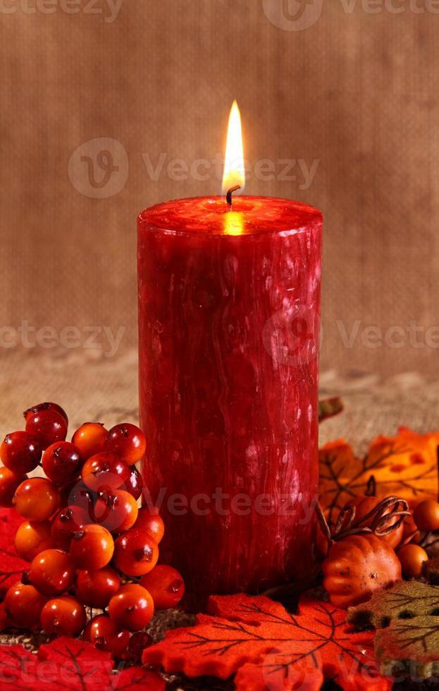 vela de outono em um fundo marrom foto