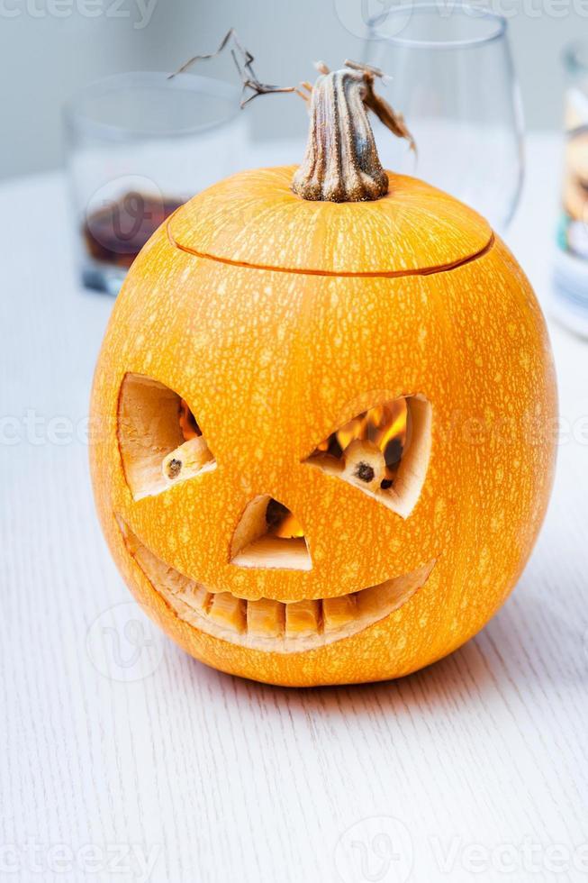abóbora de halloween com faces esculpidas foto