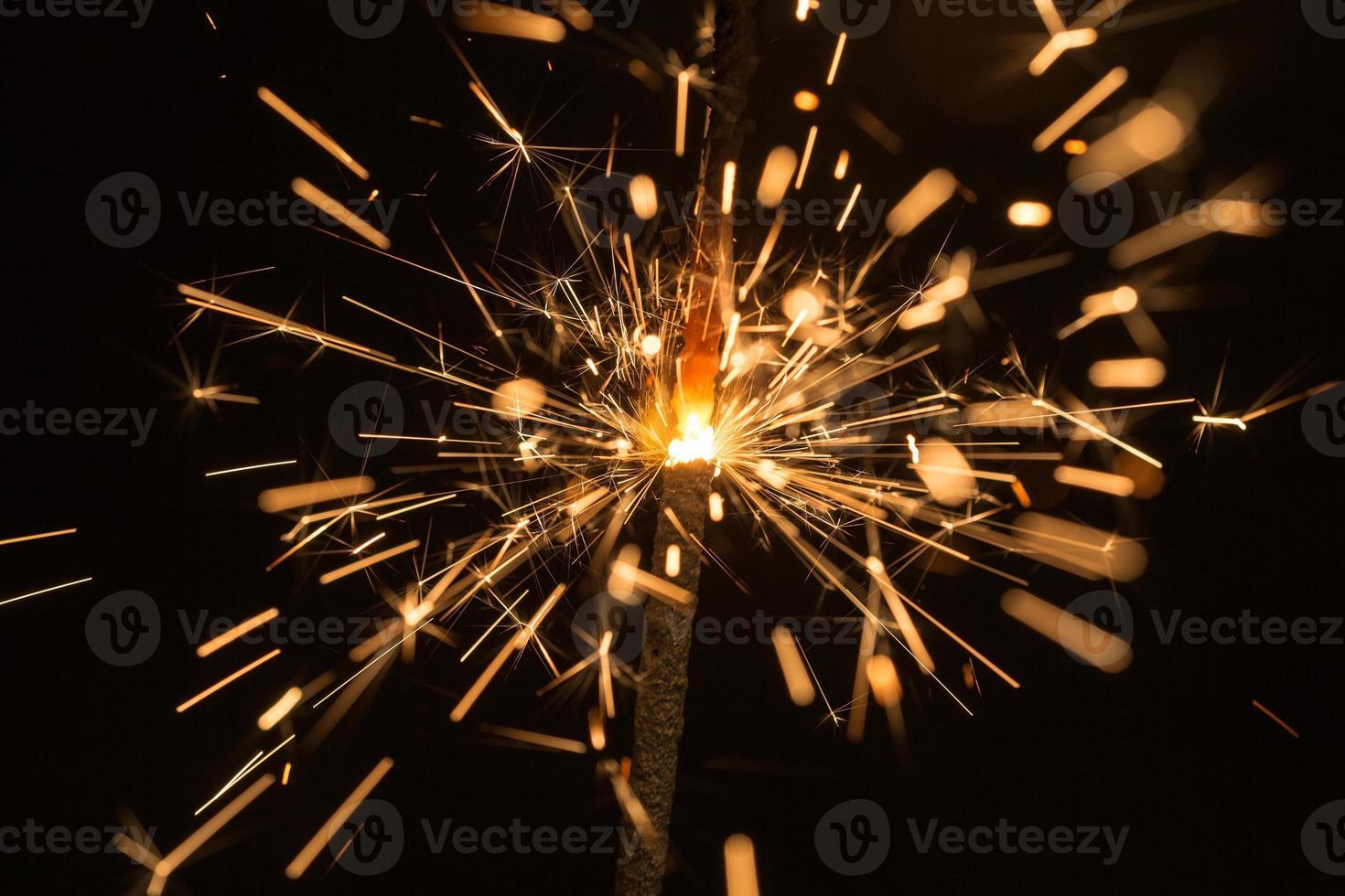 faíscas brilhantes de fogo de bengala foto