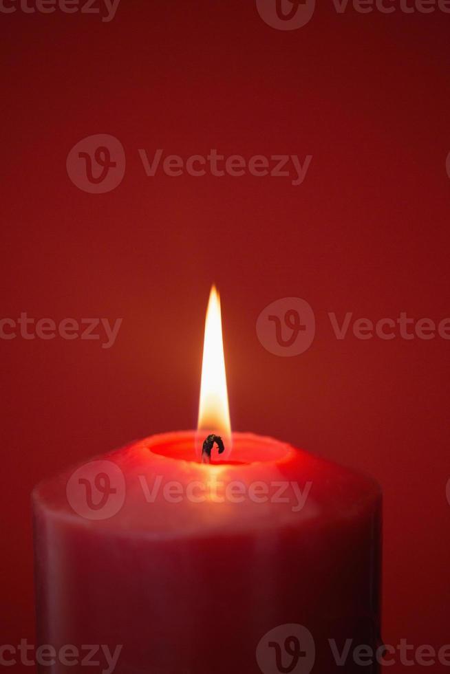 vela vermelha queimando intensamente foto