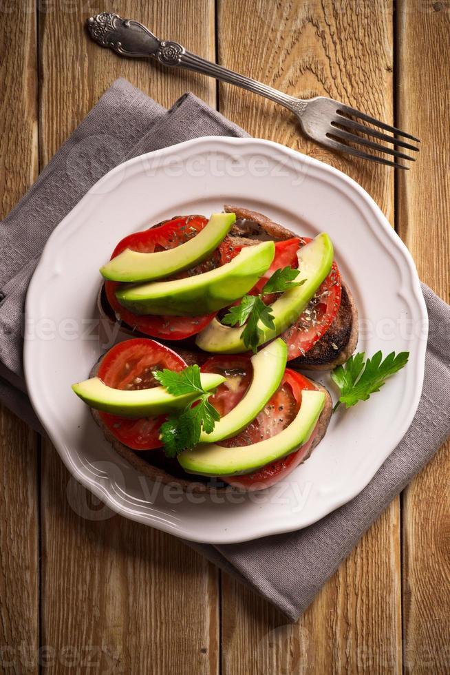 sanduíches com abacate e tomate foto