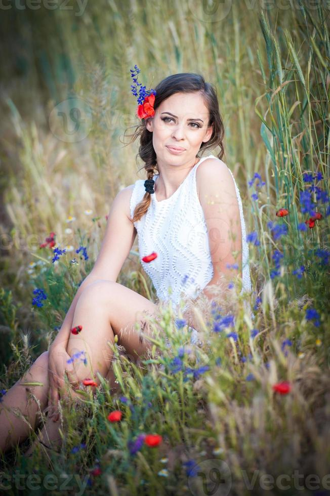 menina vestido branco no campo de trigo dourado foto