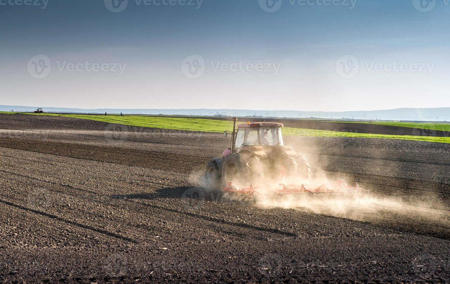 preparando a terra para a semeadura foto