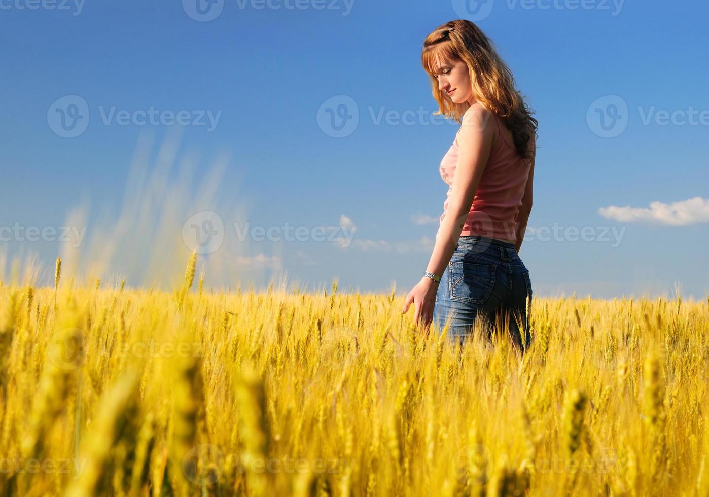 garota no campo foto