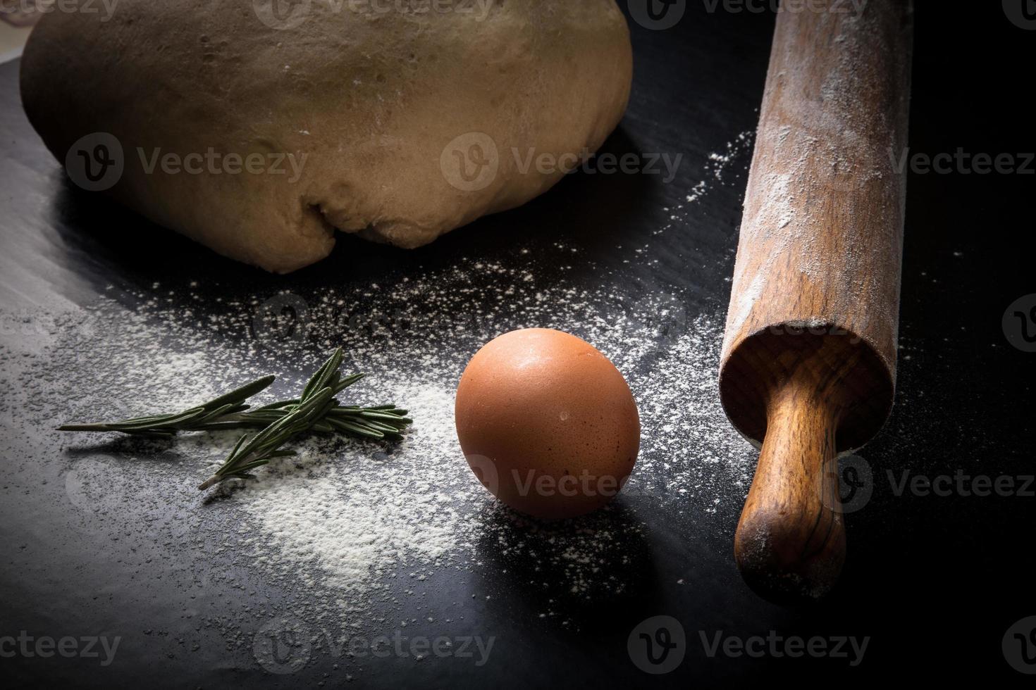 farinha, rolo, ovo, rosemarin e massa para torta. tonificado foto